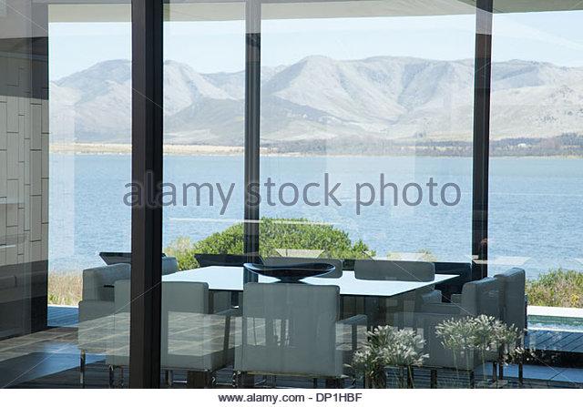 Blick vom Fenster des modernen Hauses See Stockbild