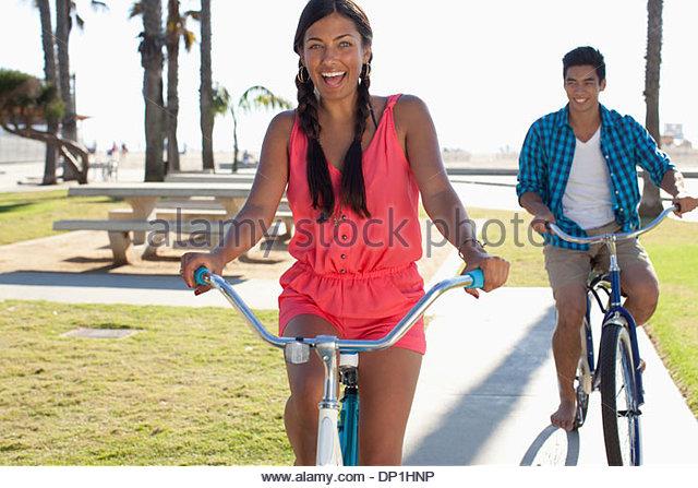 Paar Reiten Fahrräder - Stock-Bilder
