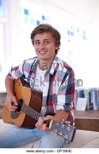 Mann Gitarre spielen Stockbild