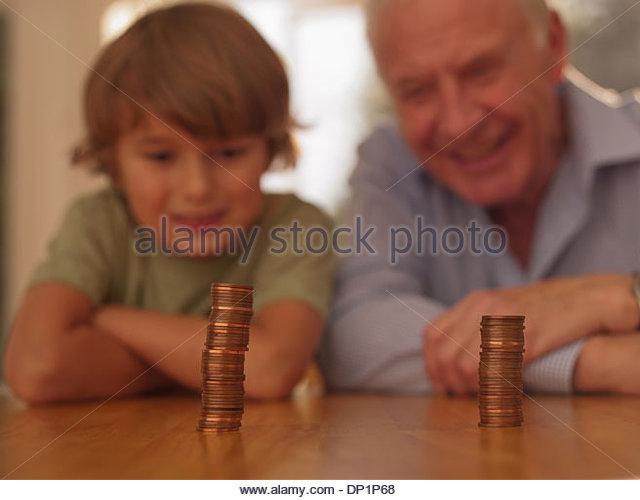 Großvater und Enkel aussehenden Münzen Stockbild