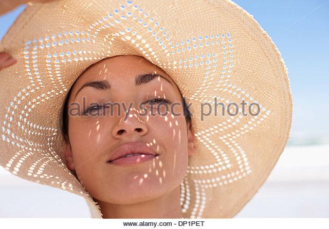 Frau Sonne Hut am Strand Stockbild