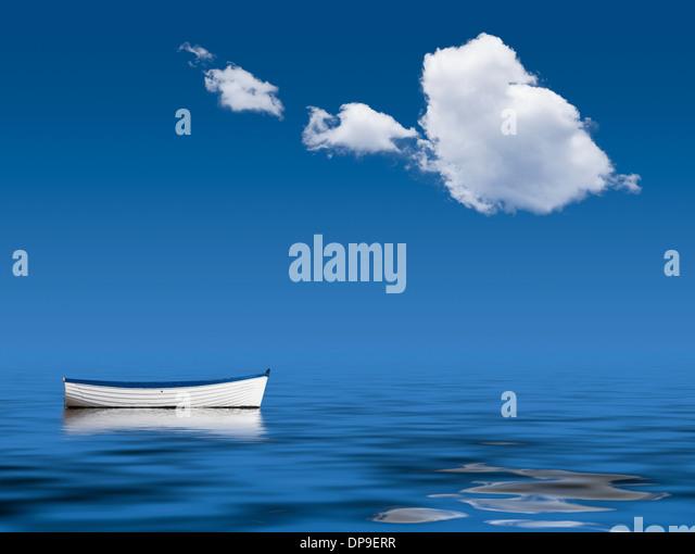 Boot allein auf dem Ozean - Konzept Bild Stockbild