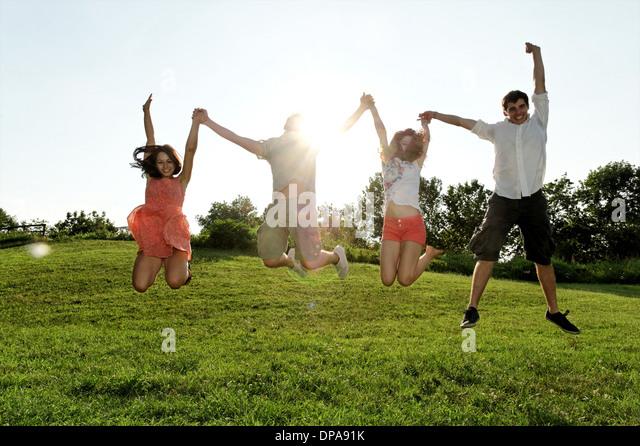 Gruppe junger Erwachsener, die Luft im Bereich springen Stockbild