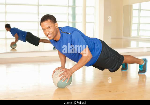 Mann mit Gymnastikball Stockbild
