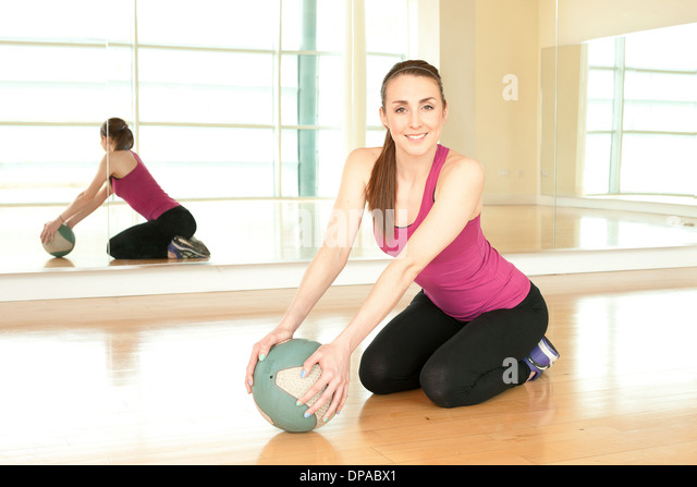 Frau mit Gymnastikball Stockbild