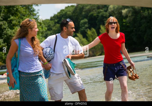 Drei Freunde in der Nähe von Isarauen, München, Deutschland Stockbild