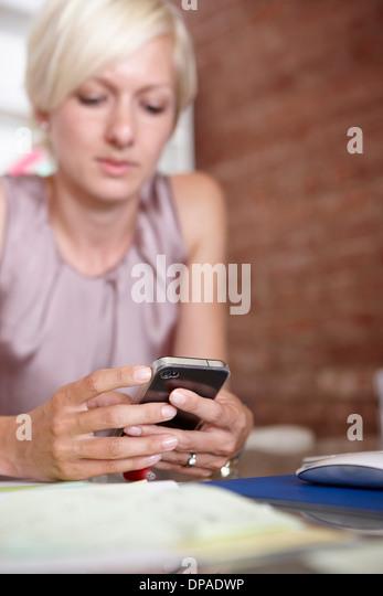 Mitte Erwachsene Frau mit smartphone - Stock-Bilder