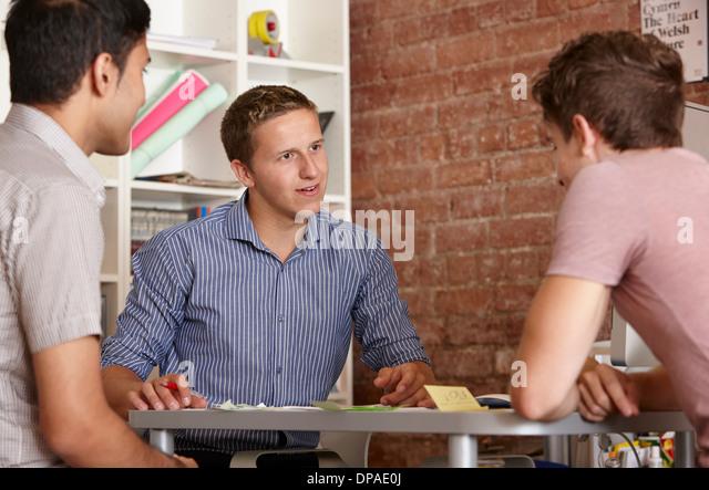 Drei männliche Kollegen in Diskussion Stockbild