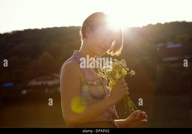Junge Frau in Wiese mit wilden Blumen Stockbild