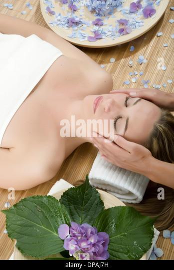 Frau mit Kopfmassage Stockbild