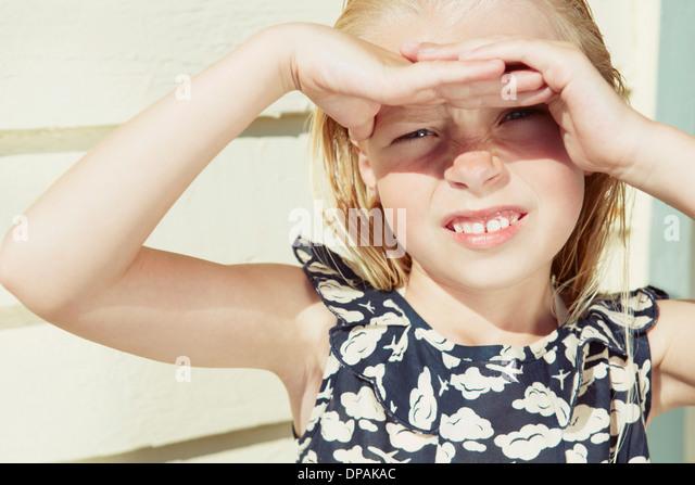Kind für ihre Augen vor Sonne Blendung Stockbild