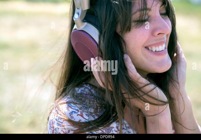 Tragen von Kopfhörern mit Augen geschlossen Mitte Erwachsene Frau Stockbild