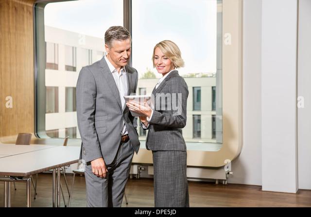 Geschäftsleuten stehen im Konferenzraum, mit digital-Tablette - Stock-Bilder