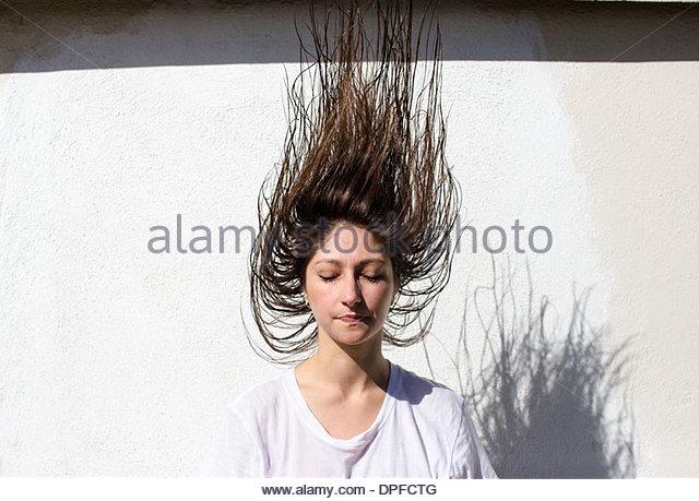 Junge Frau mit nassen Haaren Mitte Luft Stockbild