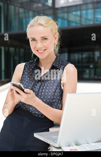 Geschäftsfrau mit smartphone Stockbild