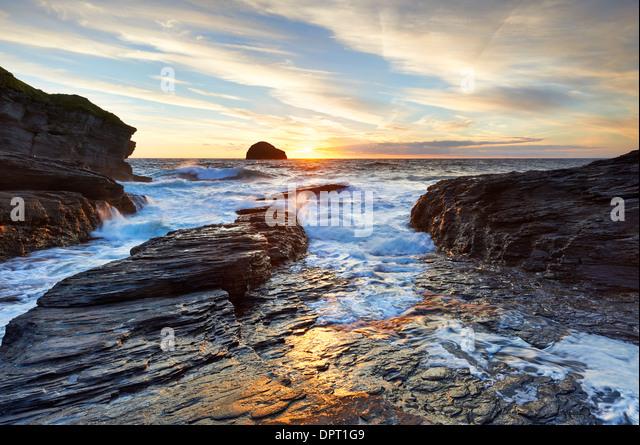 Abendlicht an der Nordküste Cornish bei Trebarwith Strand. Stockbild