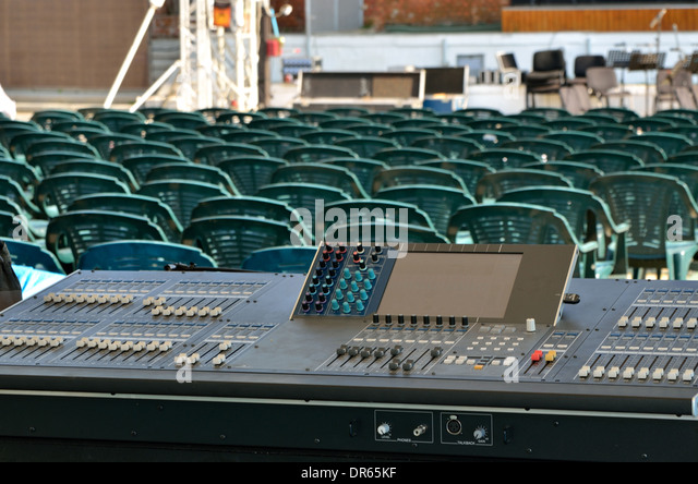 Großes Mischpult in eine Konzertbühne Stockbild