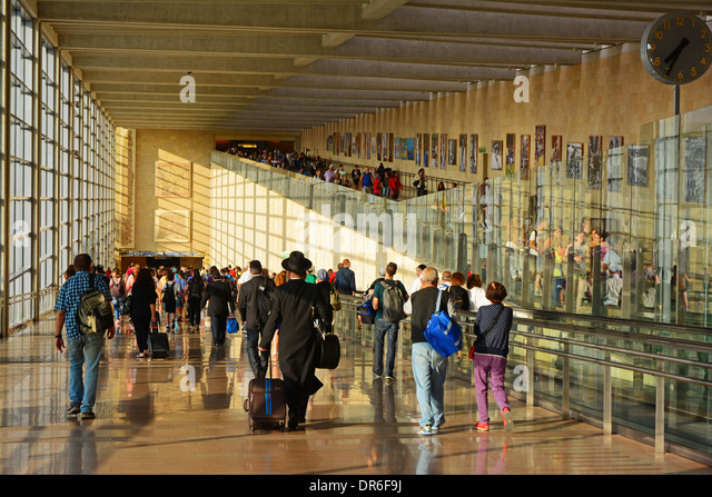 Abfahrt eine Ankünfte Gehweg am Ben Gurion Flughafen Stockbild
