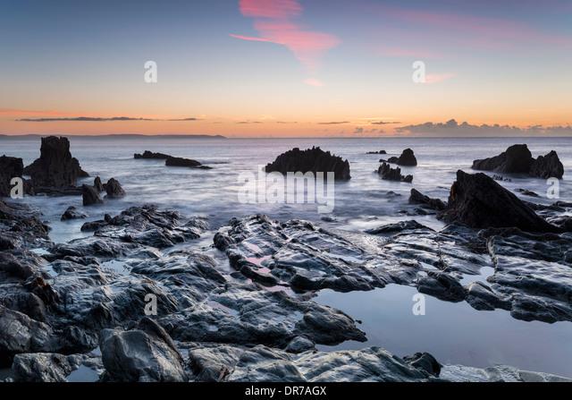 Sonnenaufgang am Strand von Looe an der südlichen Küste von Cornwall Stockbild