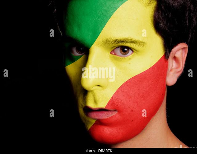 Flagge der Republik Kongo auf ein Gesicht eines jungen Mannes gemalt Stockbild