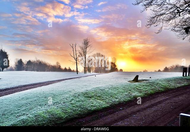Louth Golfclub Sonnenaufgang Sonne hinter Bäumen glühenden frostigen Morgen, Lincolnshire, UK, GB, England Stockbild