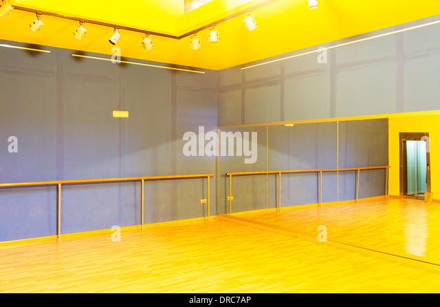 Barre und Spiegel in leere Ballettstudio Stockbild