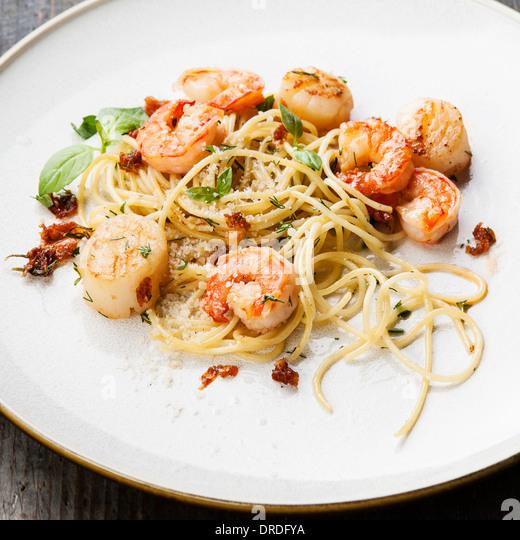 Spaghetti mit Garnelen, Jakobsmuscheln und parmesan Stockbild
