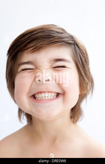Porträt eines lächelnden kleinen Jungen Stockbild