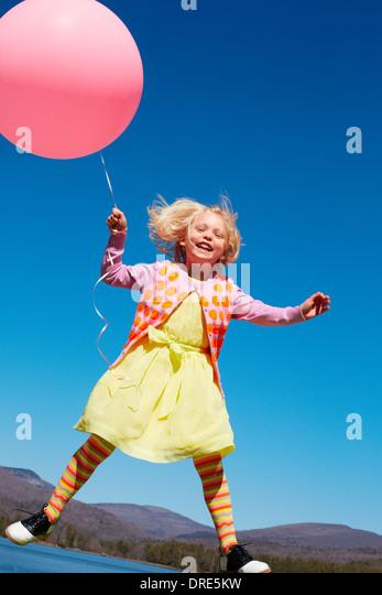Mädchen außerhalb mit großen roten Ballon Stockbild