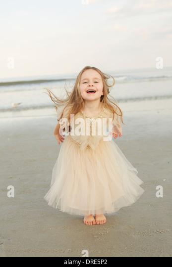 Mädchen in Prinzessin Kleid am Strand - Stock-Bilder