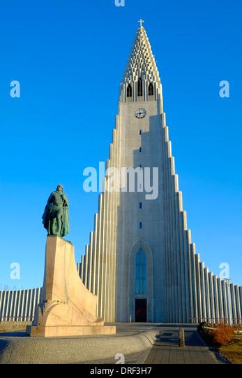 Island-Reykjavik-Statue von Leifur Eriksson und Hallgrimskirkja Kirche Stockbild