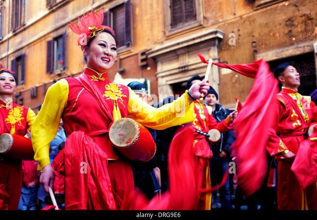 Rom, 25. Januar 2014 Künstler feiern das chinesische Neujahr in der Via del Corso. Dies ist nach dem chinesischen Stockbild