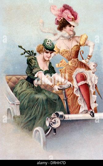 Moulin Rouge Showgirls posiert in einem altmodischen Auto. Stockbild