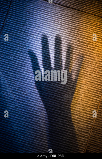 Gruselige Schatten der menschlichen Hand auf der Steinoberfläche Stockbild