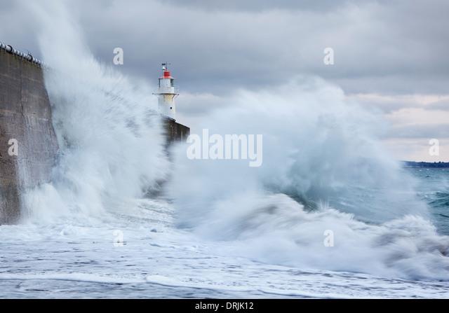 Große Wellen in den Deich in Newlyn kollidieren Stockbild