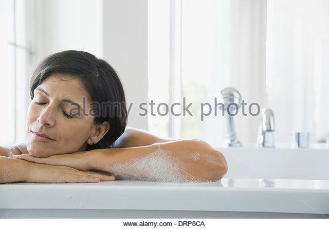 Frau im Schaumbad entspannend Stockbild