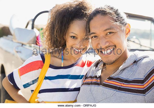 Porträt des multiethnischen paar tatenlos Geländewagen Stockbild