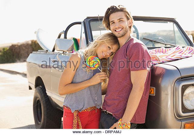 Porträt des Lächelns paar stehend mit einem Off-Road-Fahrzeug Stockbild
