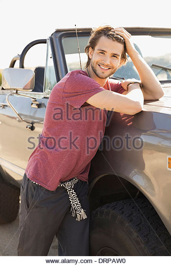 Porträt des Mannes gelehnt Geländewagen Stockbild