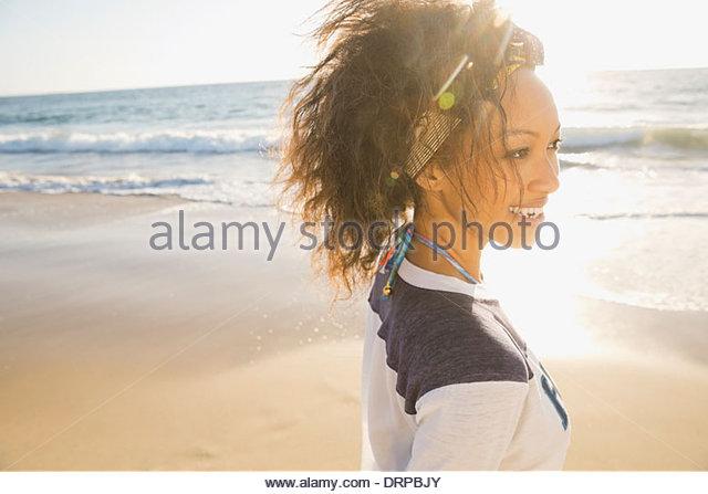 Frau Freizeit am Strand verbringen Stockbild