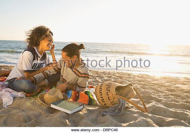 Paar Freizeit am Strand verbringen Stockbild