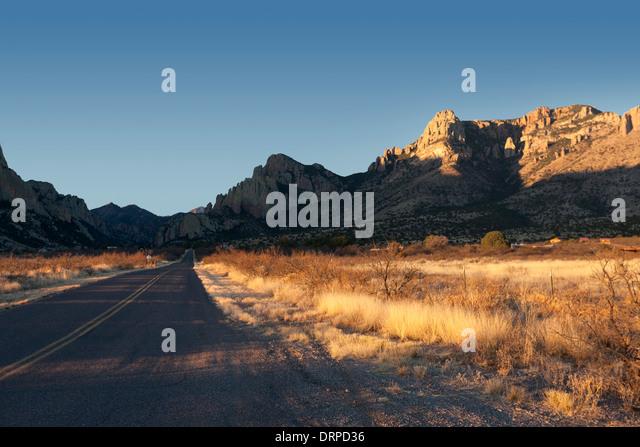 Die Straße führt in Portal, Arizona bei Sonnenaufgang. Stockbild