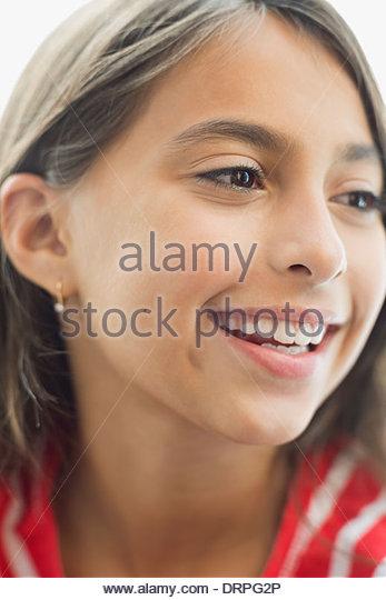 Nahaufnahme eines lächelnden Mädchens wegsehen Stockbild