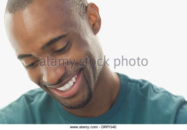 Close-up des Menschen gegen den weißen Hintergrund lächelnd Stockbild