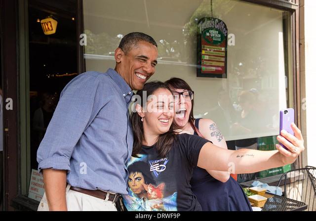 US-Präsident Barack Obama posiert für ein Foto im Magnolias Deli & Café während der College Stockbild