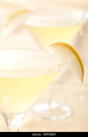 Zwei Zitrus und Birne Martini-Cocktails mit St. Germain Elderflower Likör, Wodka und Birne Saft Stockbild