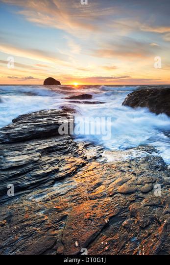 Sonnenlicht reflektieren auf den Felsen am Trebarwith Strand Stockbild