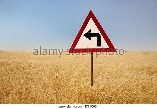 Namibia wiederum links Verkehr Zeichen mittleren hohen Gräsern Namibia Stockbild