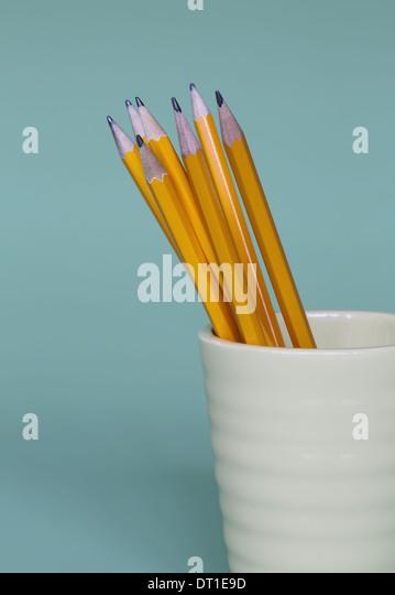 Gespitzten Bleistifte im Cup auf blauem Hintergrund Stockbild