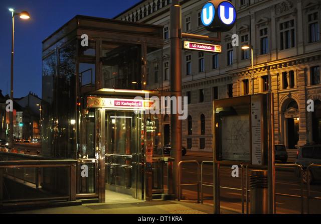 U-Bahn Haltestelle Beim Volkstheater, Wien, Österreich. Stockbild